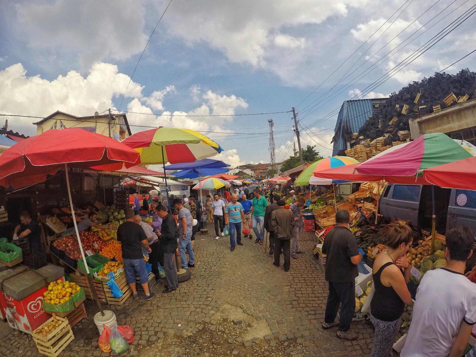 Auf dem lokalen Markt in Pristina im Kosovo